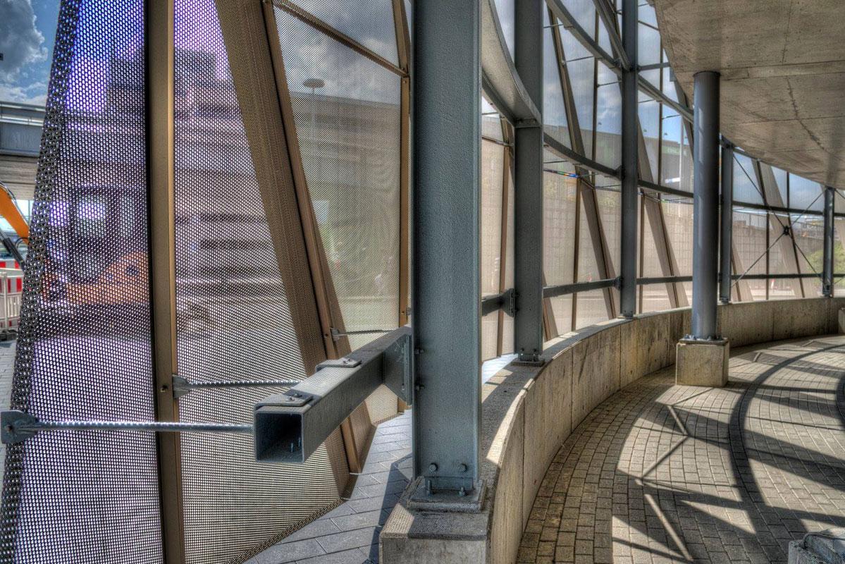 Die Lochblech-Fassade ermöglicht optimalen Lichteinfach für die Innenräume