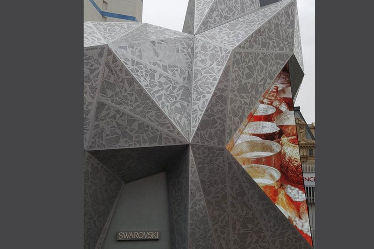 Künstlerisch gestaltete Fassade aus Edelstahl-Lochblechen made by SHS für Swarowski
